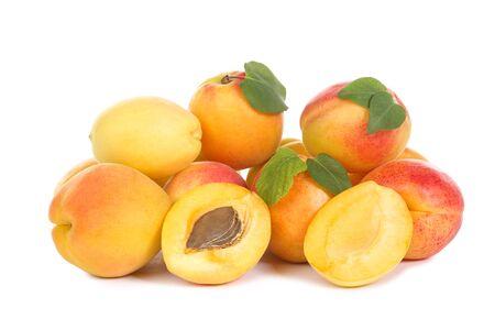 Süße Aprikosen isoliert auf weißem Hintergrund