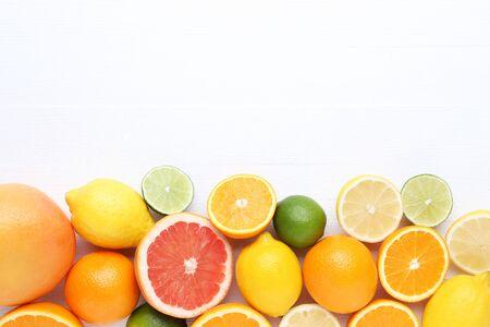 Zitrusfrüchte auf weißem Holztisch Standard-Bild