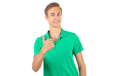 Retrato de hombre joven en camiseta verde aislado sobre fondo blanco.