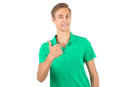Ritratto di giovane uomo in maglietta verde isolato su sfondo bianco
