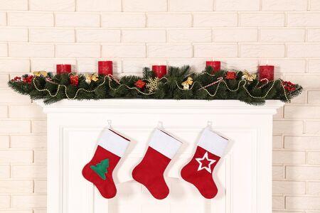 Weihnachtsdekorationen mit Kamin auf Backsteinmauerhintergrund Standard-Bild