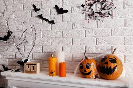 Decorazioni di Halloween sul camino bianco Archivio Fotografico