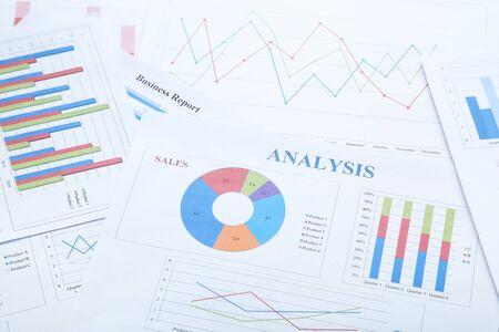 Documentos financieros con gráficos y tablas. Foto de archivo