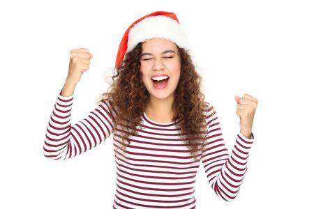 Schöne amerikanische Frau in Weihnachtsmütze auf weißem Hintergrund