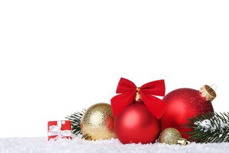 Bolas de Navidad con ramas de abeto y caja de regalo sobre fondo blanco.