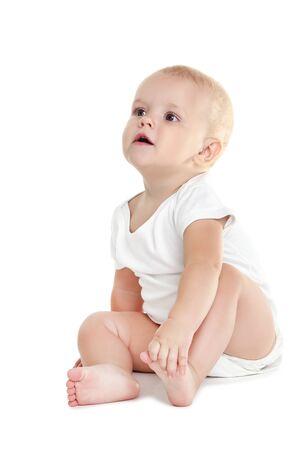 Hermoso niño en ropa aislado sobre fondo blanco.
