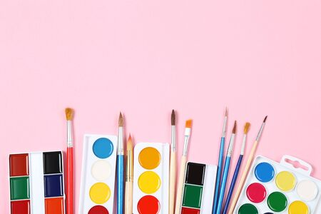 Colorful gouache paints and brushes on pink background Banco de Imagens - 138293996