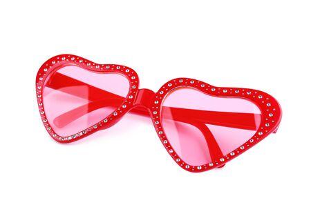Herzförmige Sonnenbrille auf weißem Hintergrund