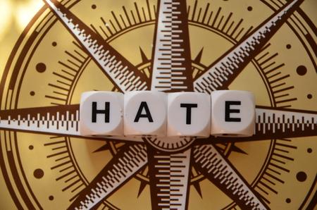 Mot de haine sur un fond abstrait