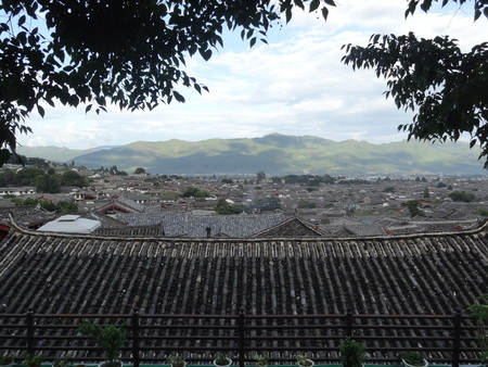 the humanities landscape: ancient town of Lijiang is located halfway up the mountain inn viewing platform shooting, sunny morning, the air is fresh