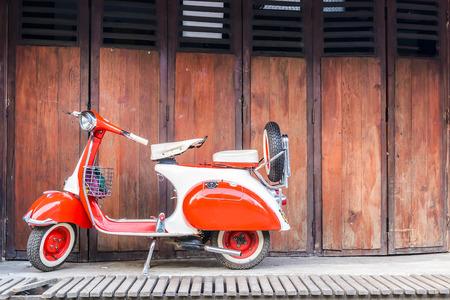 vespa piaggio: la Vespa d'epoca in vecchio sfondo sulla strada di campagna, Pai, Thailandia