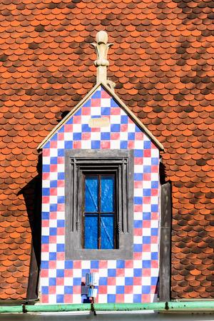 cedar shakes: Techo de tejas con las ventanas del �tico