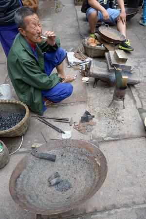 to tinker: Street tinker in Chongqing