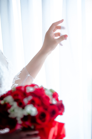 The bride's hand with flowers Banque d'images