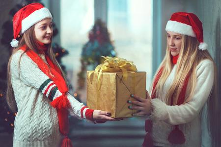 muchachas de la Navidad joven sonriente con expresión feliz