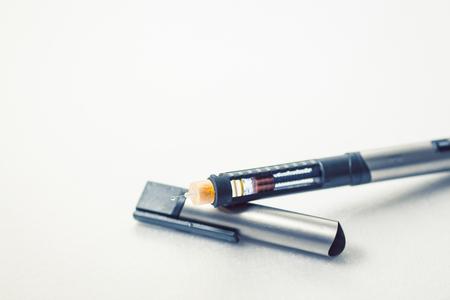 Penna per insulina per diabetici su sfondo bianco pulito Archivio Fotografico