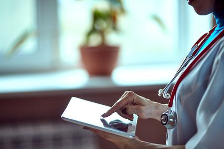 Médico de la mujer con tablet PC en el hospital Foto de archivo