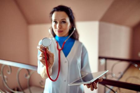 registro: Doctor con un estetoscopio en las manos