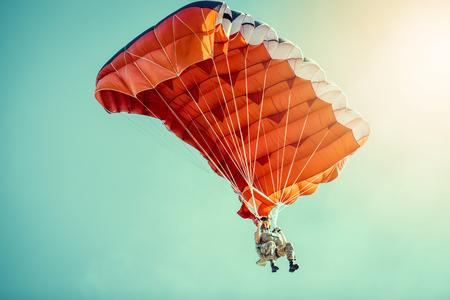 スカイダイバーのカラフルなパラシュートで晴れた青い空