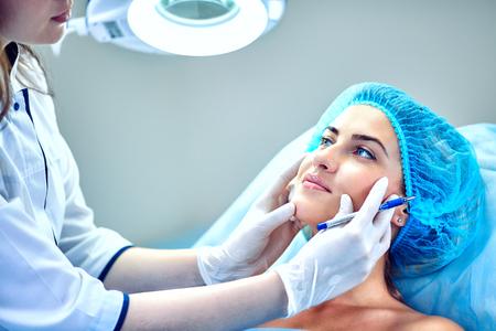 Una mujer cosmetóloga en el trabajo en el hospital.