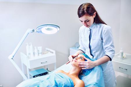 Eine Frau Cosmetologist bei der Arbeit im Krankenhaus