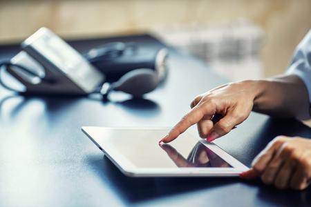 Woman doctor using tablet computer in hospital Foto de archivo