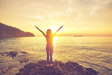 yoga bij zonsondergang op het strand. vrouw die yoga doet