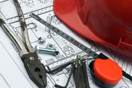 casco rojo: Red casco y herramientas de trabajo  Foto de archivo