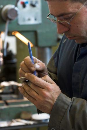 Worker and old gear in vintage workshop Imagens