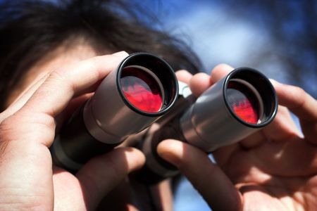 Man look through the  binoculars Imagens