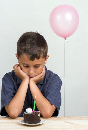 ni�os tristes: Triste ni�o el d�a de su cumplea�os