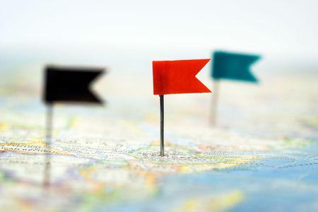 Alcuni perni di bandiera colore sulla mappa, messa a fuoco superficiale