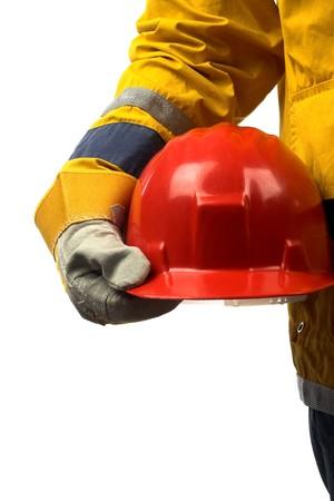 casco rojo:  hombre que sostiene el casco rojo sobre blanco