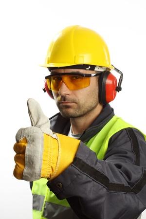 Lavoratore con protezioni con pollice in alto