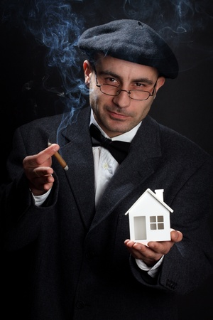 investment real state: Retrato de retro buscando vendedor. Concepto de bienes ra�ces