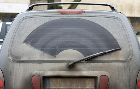 La sporca finestra posteriore di un automobile