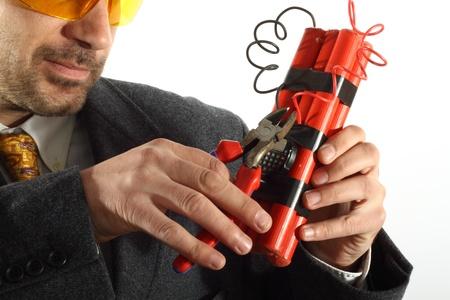 bombe: Man dispose une bombe � retardement