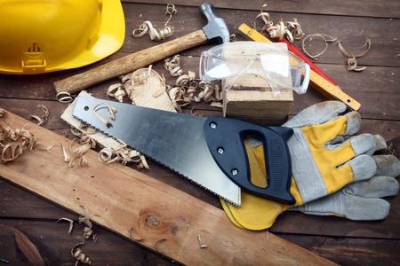 strumenti di falegnameria su un banco di lavoro