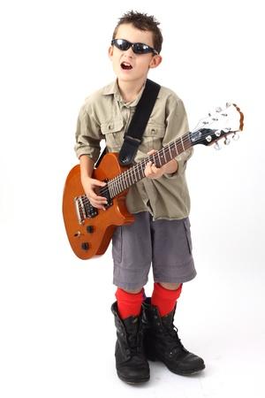 niño jugando con una guitarra en blanco Foto de archivo