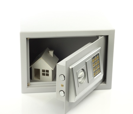 Modello di casa in cassaforte. Beni immobili o concetto assicurazione