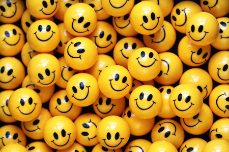 mucchio di palline gialle con le facce sorridenti Archivio Fotografico