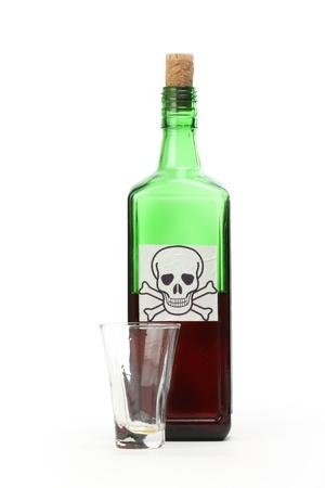 veneno frasco: Veneno botella con se�al de advertencia en la etiqueta y el vaso vac�o