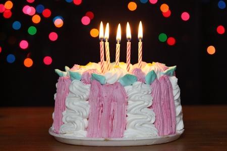 torta di compleanno con le candele su sfondo nero