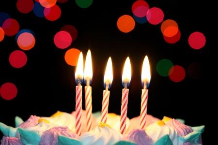 happy birthday cake: Algunas velas encendidas cerca de cumplea�os Foto de archivo