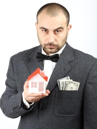 investment real state: Retrato de un vendedor retro buscando. Concepto de bienes raíces