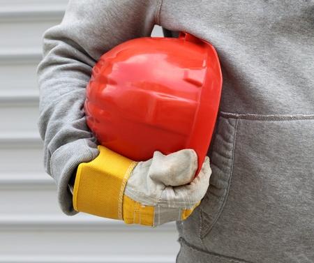 casco rojo: Hombre con casco rojo de cerca Foto de archivo