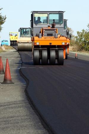 road paving: Camino de rodillos en el trabajo en la carretera Foto de archivo