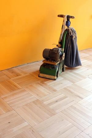 Machine sanding wood floor Renovation of house Imagens - 15972919