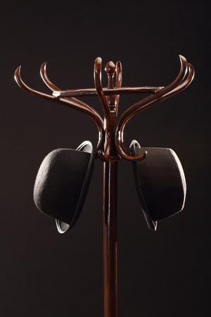 Bombines cuelga en perchero de madera de la vendimia sobre negro