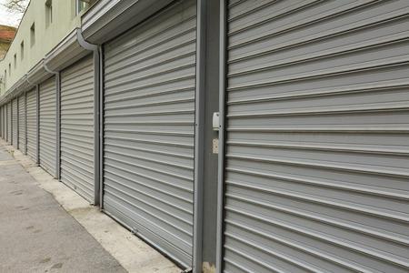 ガレージの段ボールの金属製のドア